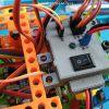 Obr. 26b: Testování napájecího modulu – připojení k soutěžnímu sumo robotovi.